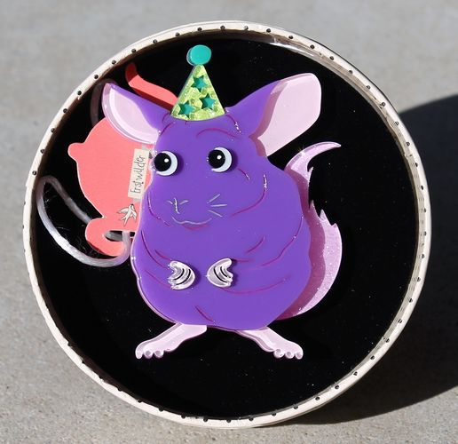 morpeth antique centre hunter valley erstwilder brooch chaz chinchilla mouse guinea pig rabbit rodent south american animal resin retro collectable