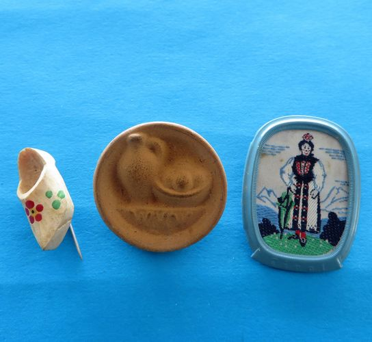 morpeth antique centre hunter valleywildflower german third reich winter charity relief badge amber baltic tinnie donation pin token plastic glass timber pottery metal